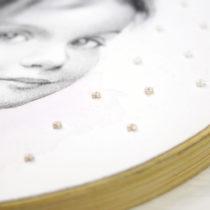 Bordados en papel hechos a mano sobre dibujo a lápiz